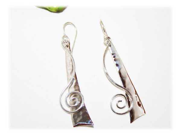 Boucle d'oreille pendante moderne